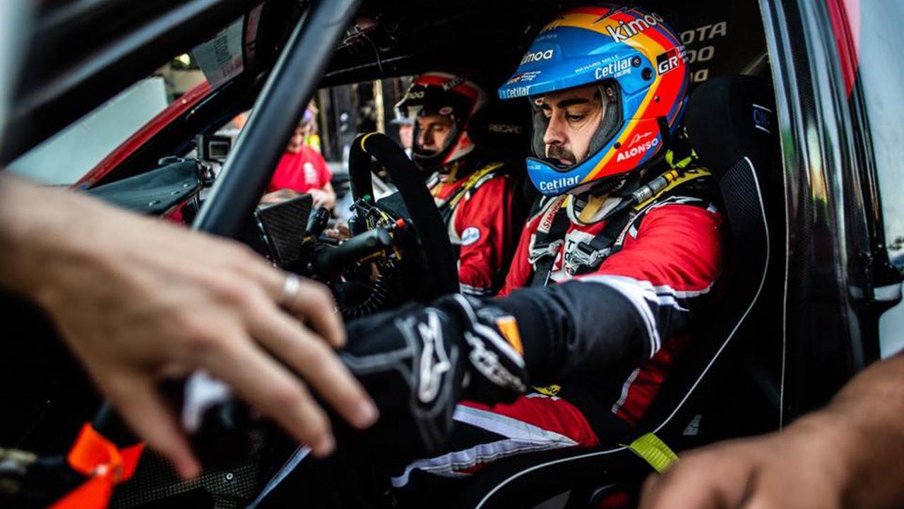 El monfortino Eduardo Iglesias se encuentra con Fernando Alonso en el desierto.Fernando Alonso, en la primera etapa del Rally Ula Neom