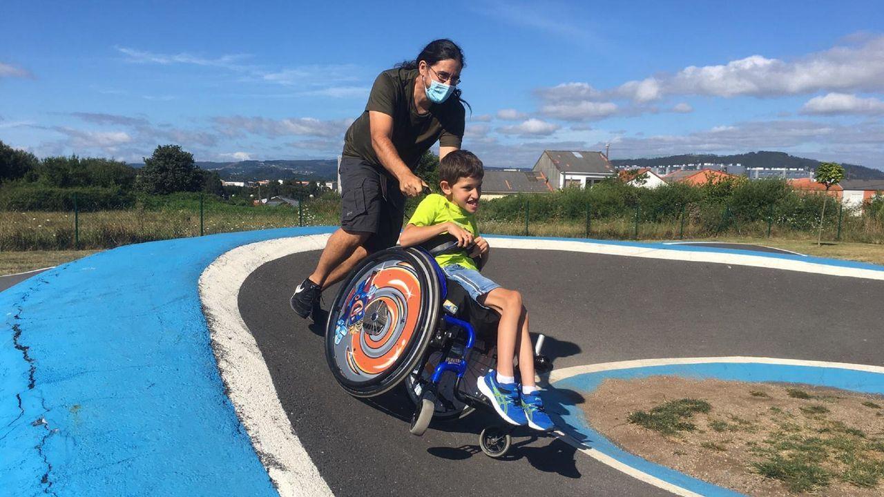 David, que va en silla de ruedas desde los tres años, y su padre en el circuito de Santa Icía, en Narón