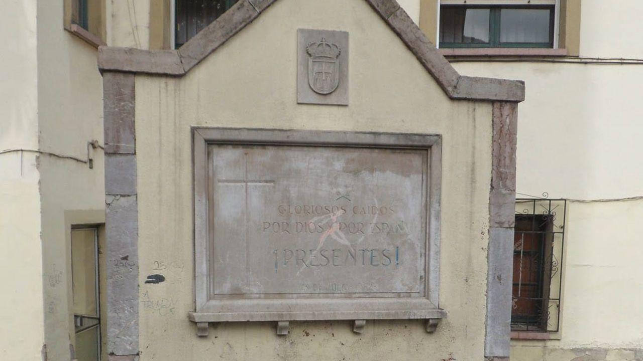 Antigua placa de homenaje al bando fascista de la Guerra Civil en Olloniego