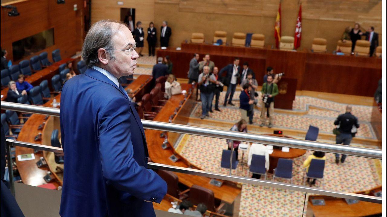 El vicepresidente segundo de la Junta General, José Agustín Cuervas-Mons, cumple con la tradición del bollo preñao del Martes de Campo en Oviedo