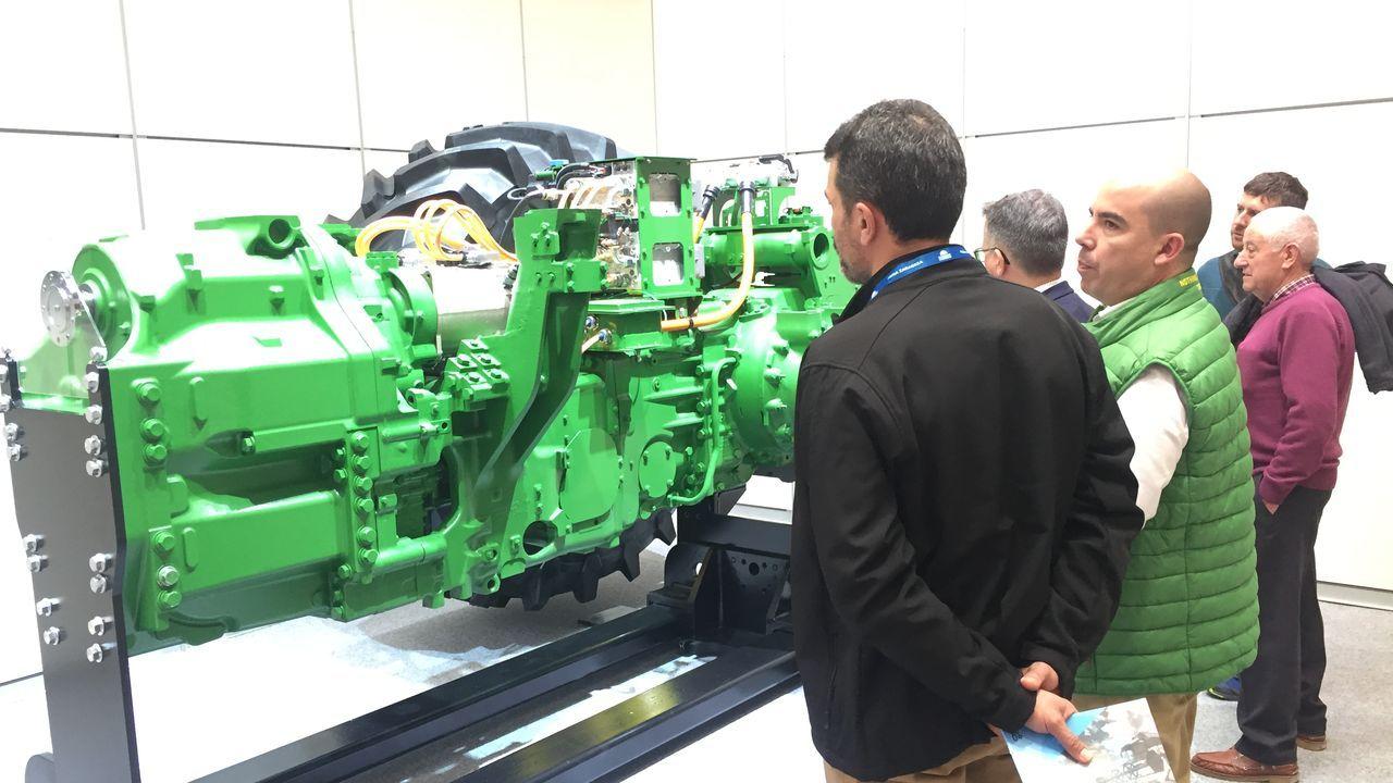 Un responsable del servicio técnico de John Deere en la feria aragonesa explica cómmo va el AutoPower