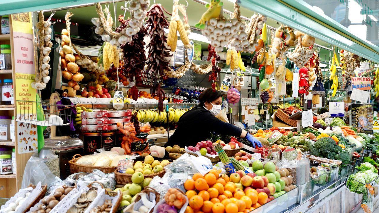 Una vendedora trabaja en una frutería martes en la plaza del Fontán de Oviedo