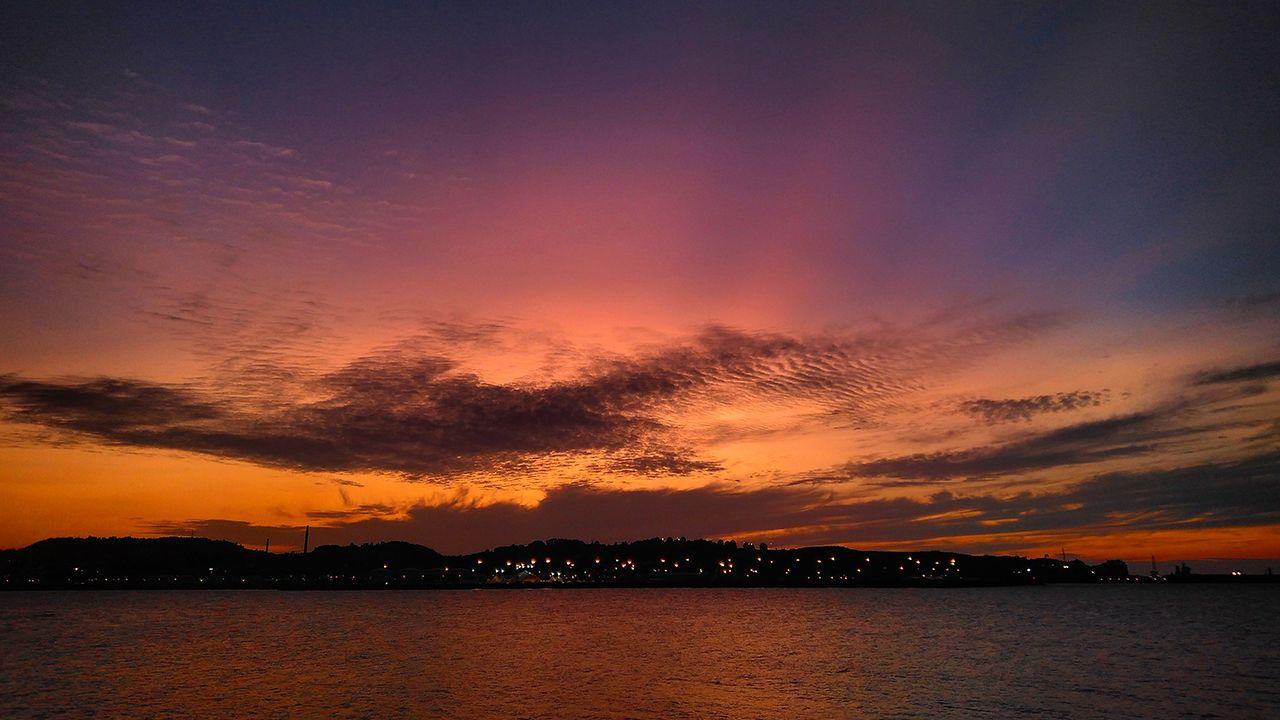 Candilazo al atardecer con nubes de tipo medio y alto. Puerto deportivo, Gijón