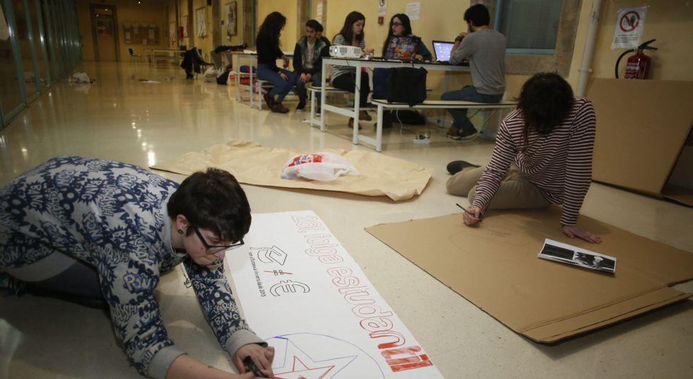 Algunos alumnos mataron el tiempo confeccionando pancartas para la manifestación de hoy.