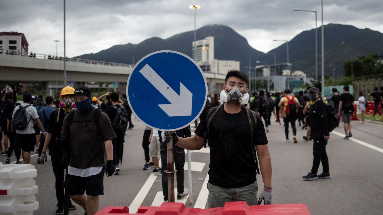 Un manifestante bloquea el acceso al aeropuerto de Hong Kong