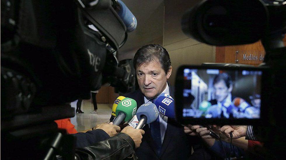 Javier Fernández atiende a los medios de comunicación en la Junta General.Javier Fernández atiende a los medios de comunicación en la Junta General