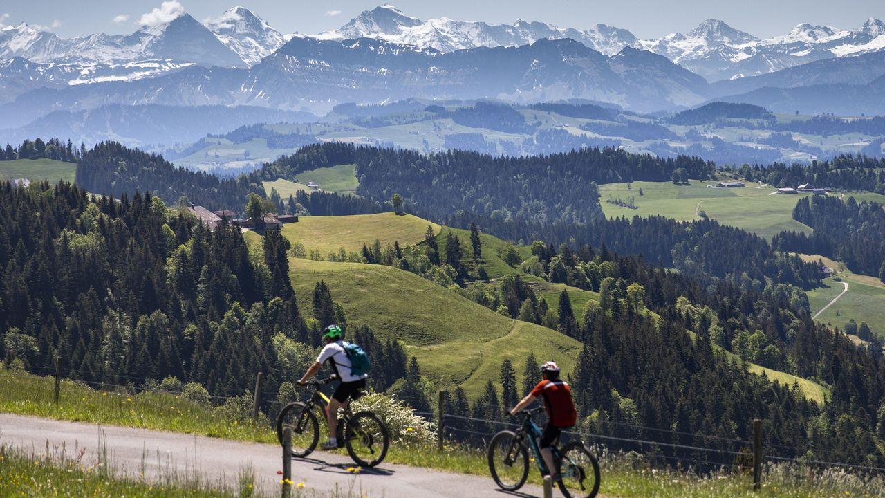Dos ciclistas paseaban ayer frente a los Alpes berneses, en Luederenalp