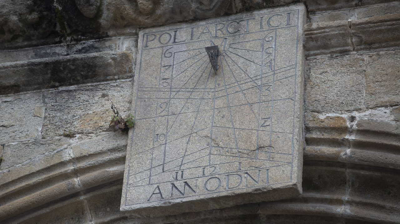 Los relojes de sol marcan la hora en Santiago.Ramón Sobrino Lorenzo, retratado junto a un petroglifo. A la derecha, presentación del libro que reivindica su legado