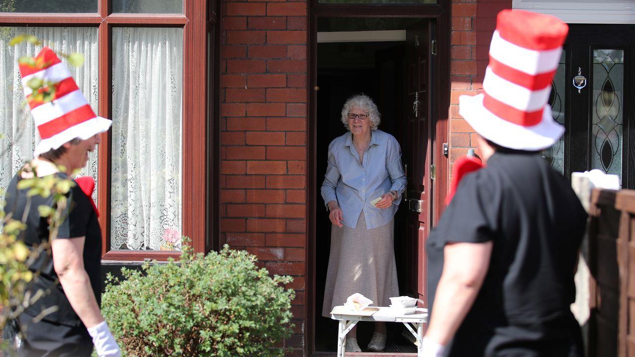 Dos mujeres británicas animan a sus vecinos más vulnerables