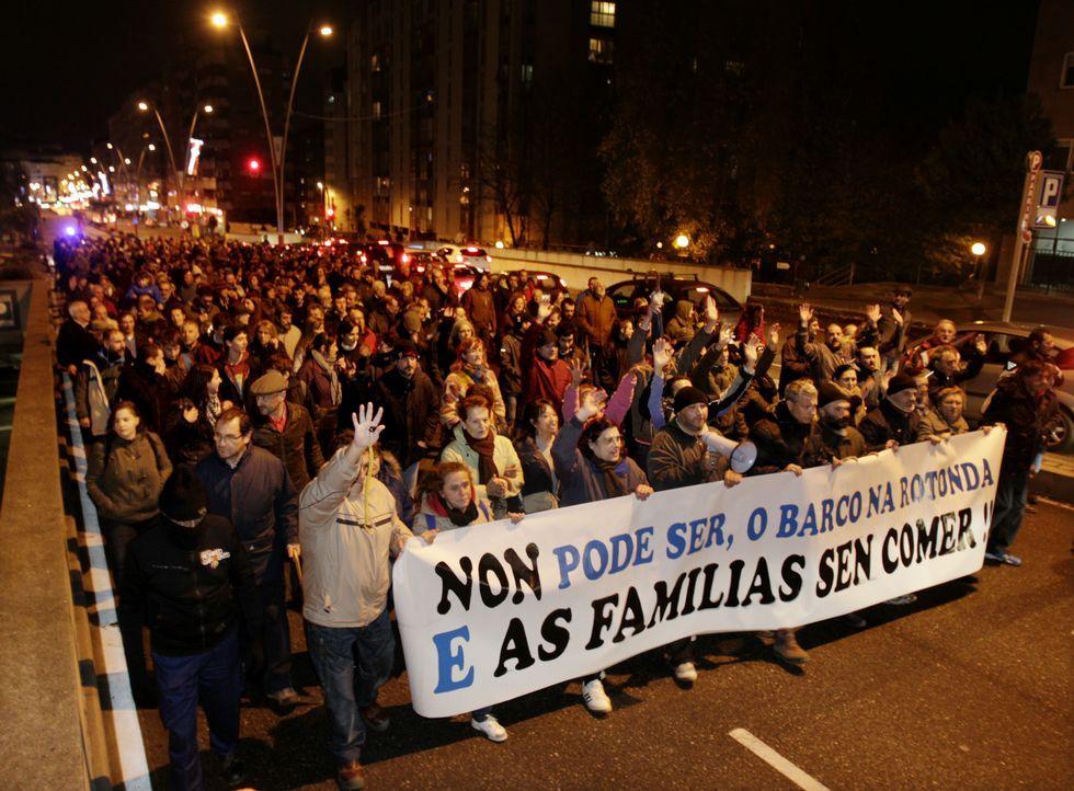 Despliegue policial por las obras del barco de Coia.La protesta discurrió con normalidad entre la Praza de América y la rotonda de Coia.