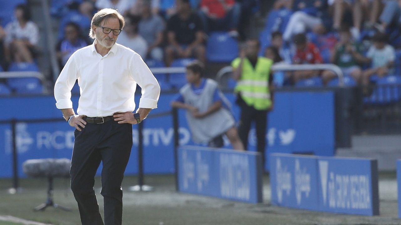 Anquela Egea Deportivo Real Oviedo Riazor.Lolo trata de robar un esférico a Gaku