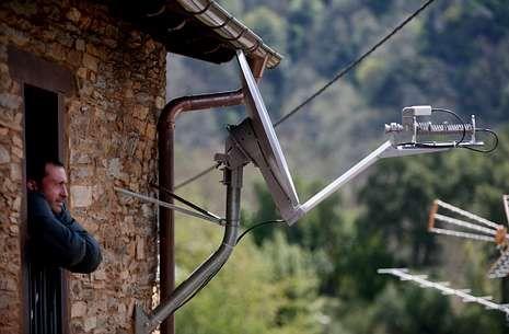 Antena orientada hacia el satélite Hispasat para que la banda ancha llegue a O Courel.