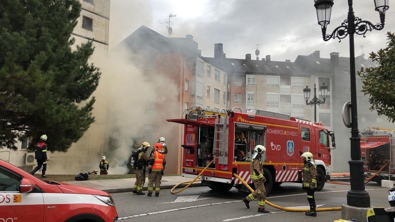 Bomberos de Oviedo tratan de sofocar un incendio en Oviedo