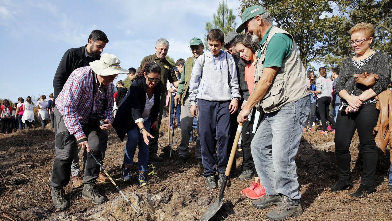 Miembros del comité científico en una reforestación por el 20º aniversario de Voz Natura