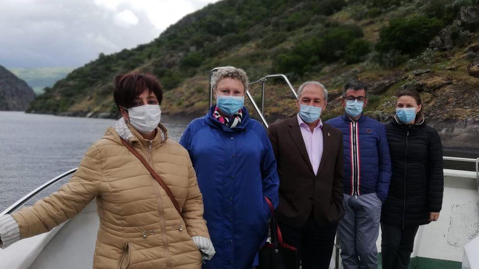 Tomé, en el centro, junto a representantes de los ayuntamientos de Monforte, Castro Caldelas y Sober