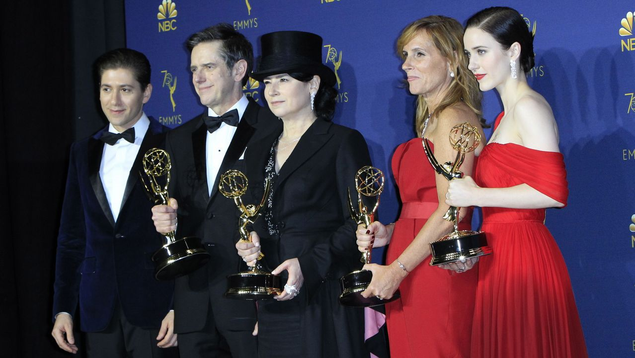 Emmy 2018:  El elenco de «The Marvelous Mrs Maisel» posa con el Emmy a Mejor Serie de Comedia