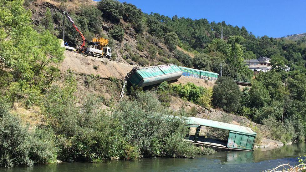 Así se tiraron al río Sil dos vagones de tren descarrilados.Imagen de un soldado del Ejército mexicano