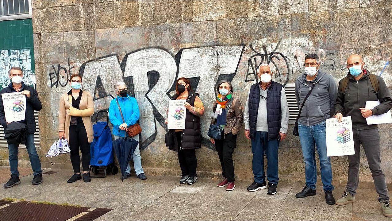 Familiares de los detenidos en la macrorredada antidrogas, aguardando noticias delante de los juzgados de Ferrol