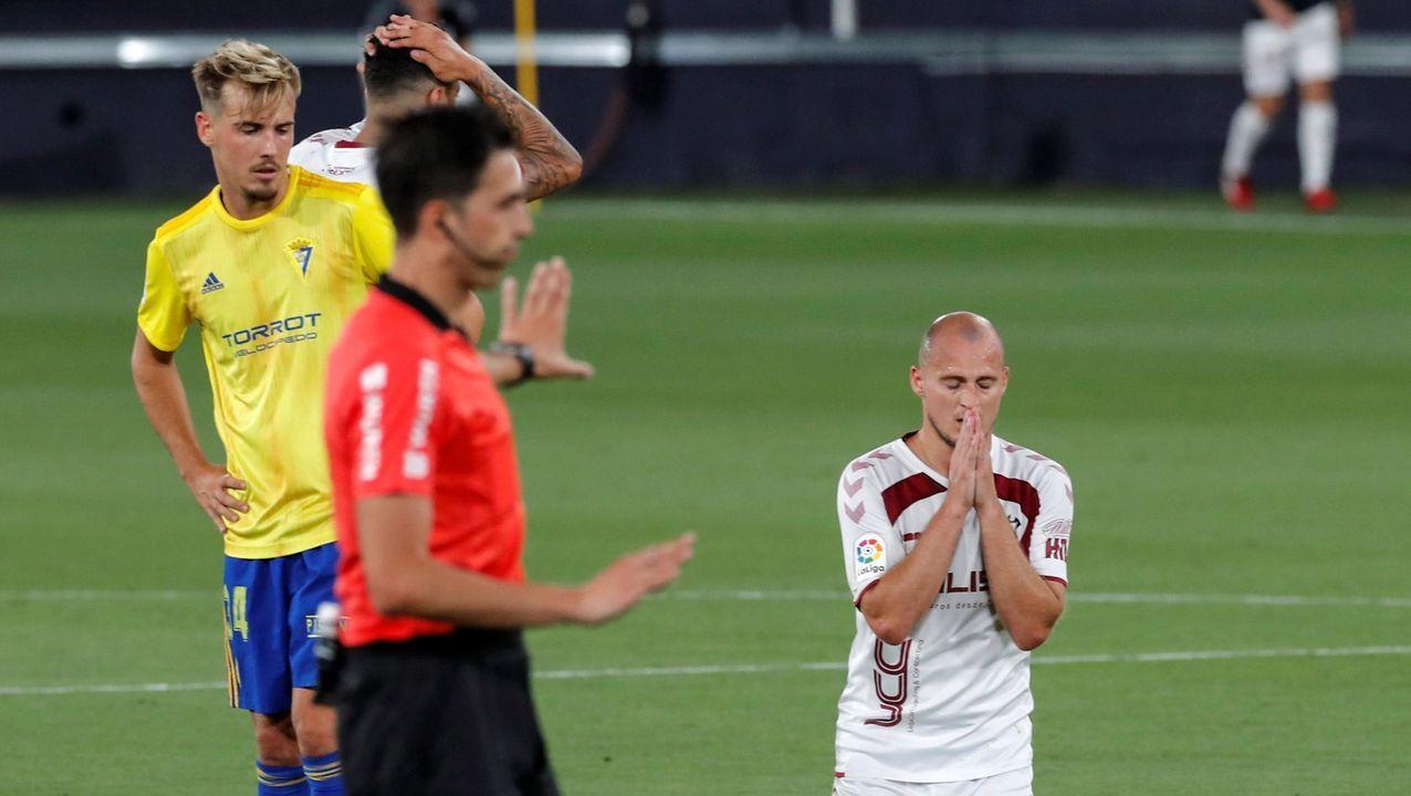 Luismi Real Oviedo Mirandes Carlos Tartiere.El árbitro revisa la accion del penalti en el Cádiz-Albacete