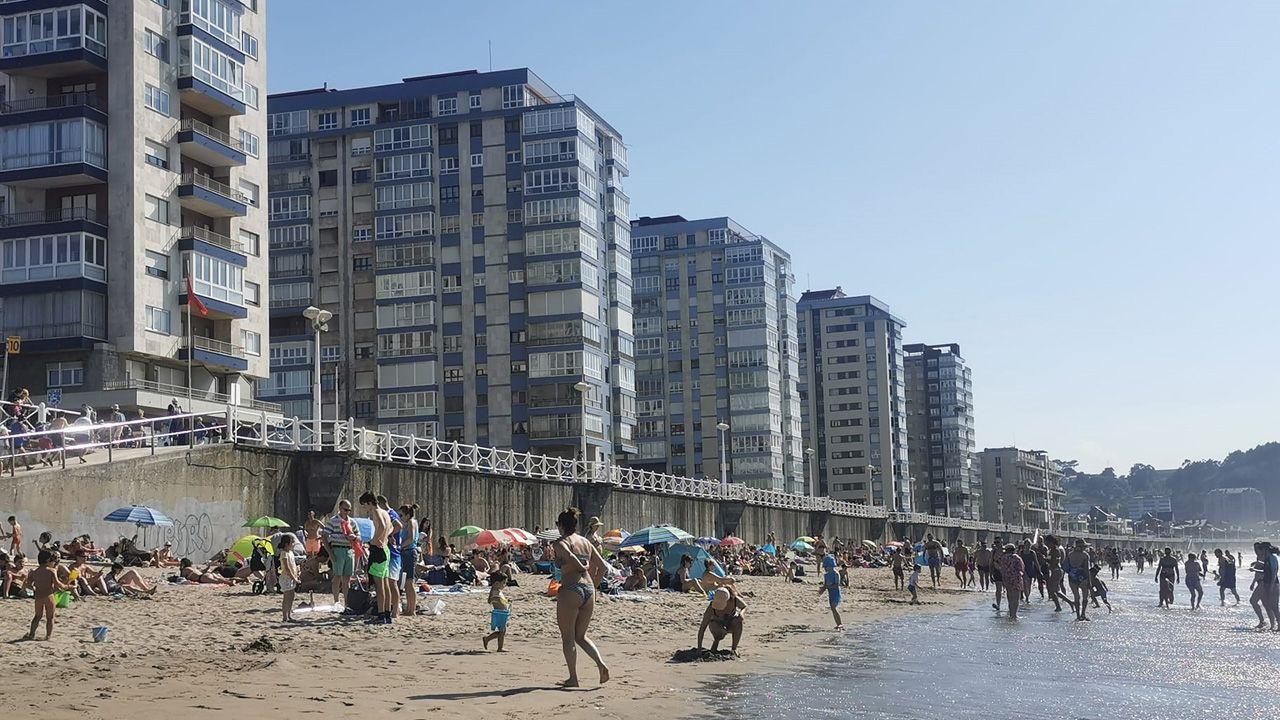Gente en la playa de Salinas, en Castrillón