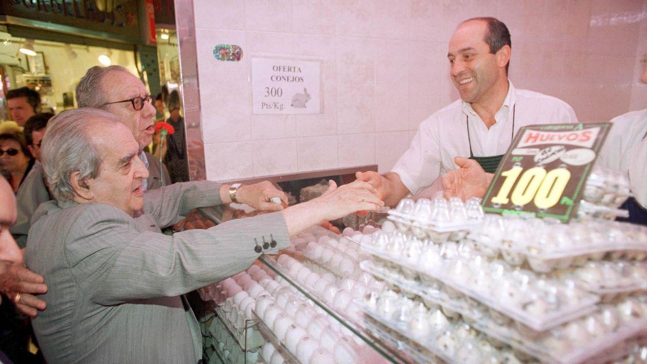 Visita de Fernando Morán a un mercado madrileño como candidato socialista a la alcaldía de Madrid