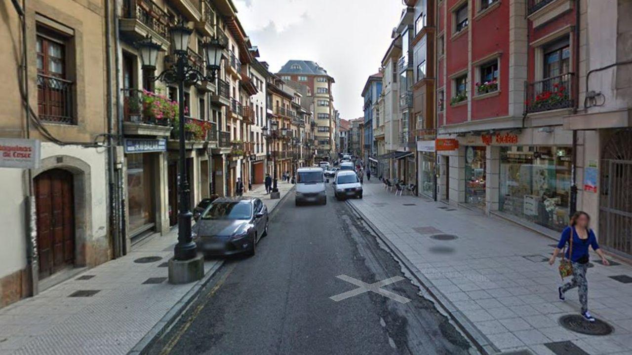 El mar cantábrico se revela en Luarca.Calle del Rosal, en Oviedo