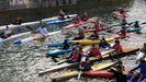 Piraguistas en la protesta contra el cierre del anillo navegables del Piles por contaminación