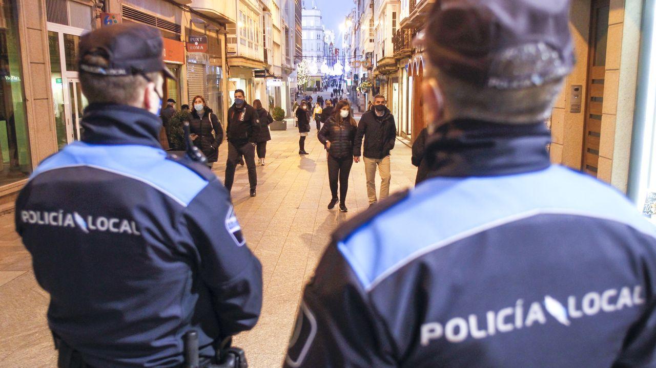 Dos policías locales de Ferrol patrullan las calles del centro, durante las fiestas de Navidad