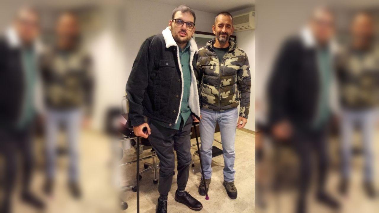 Enol Jordán, en muletas, y Pedro Cavadas, durante una revisión