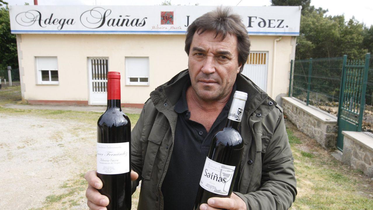 Javier Fernández, frente a su bodega en Espasantes, en una foto de hace tres años