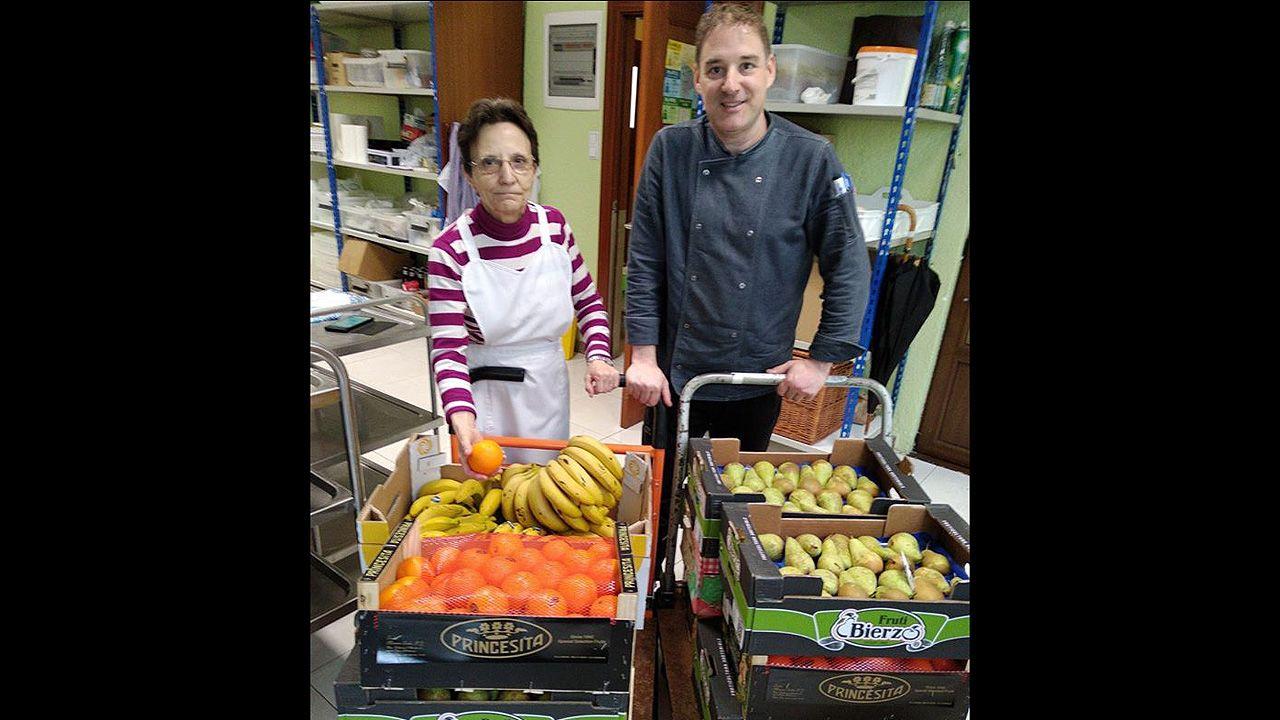Cadena humana hostelera para repartir alimentos.Trabajadores del IES Monte Naranco recogen la fruta para donarla a la Cocina Económica
