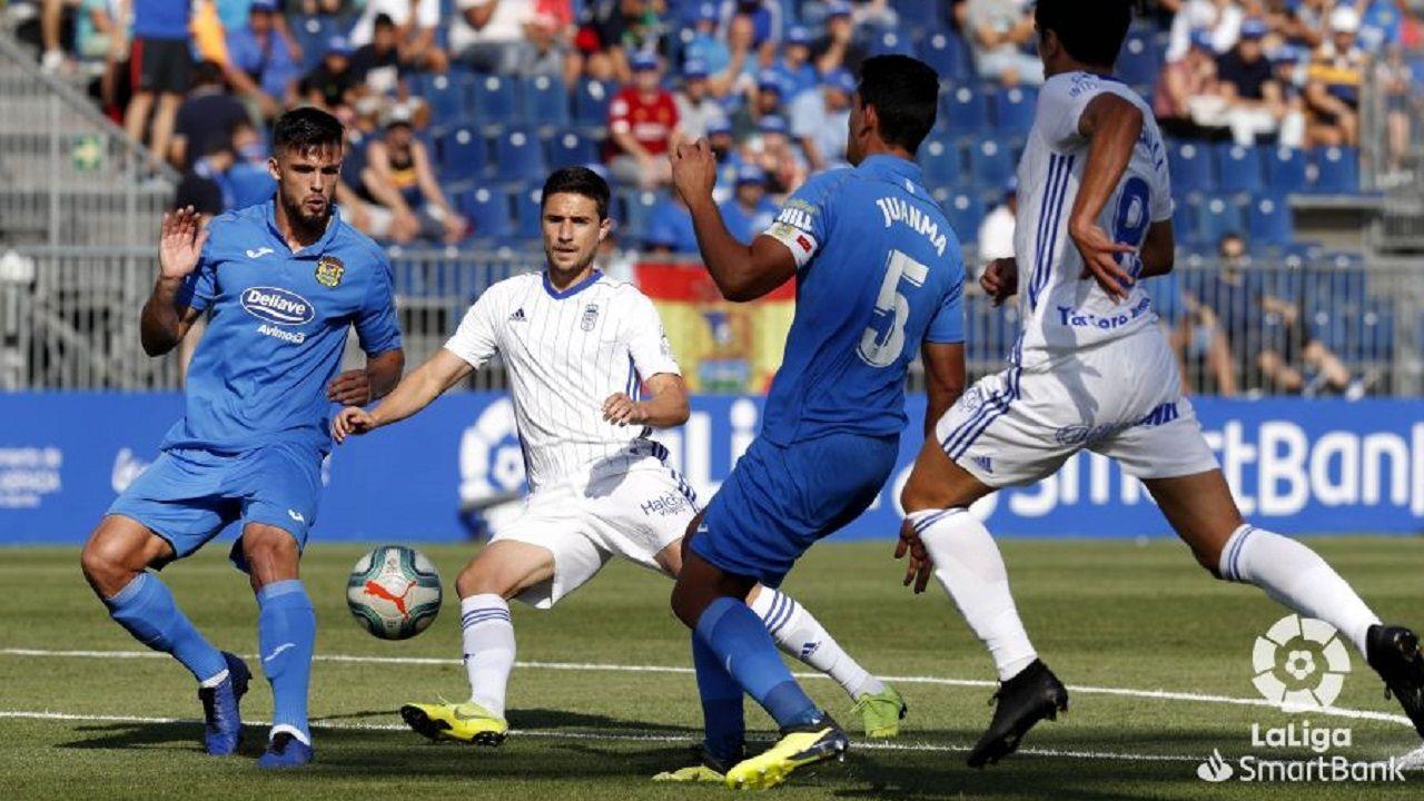 Omar Ramos Sangalli Juanma Antonio Cristian Glauder Fuenlabrada Real Oviedo Estadio Fernando Torres.Omar Ramos y Sangalli luchan con Juanma y Antonio Cristian por un balón