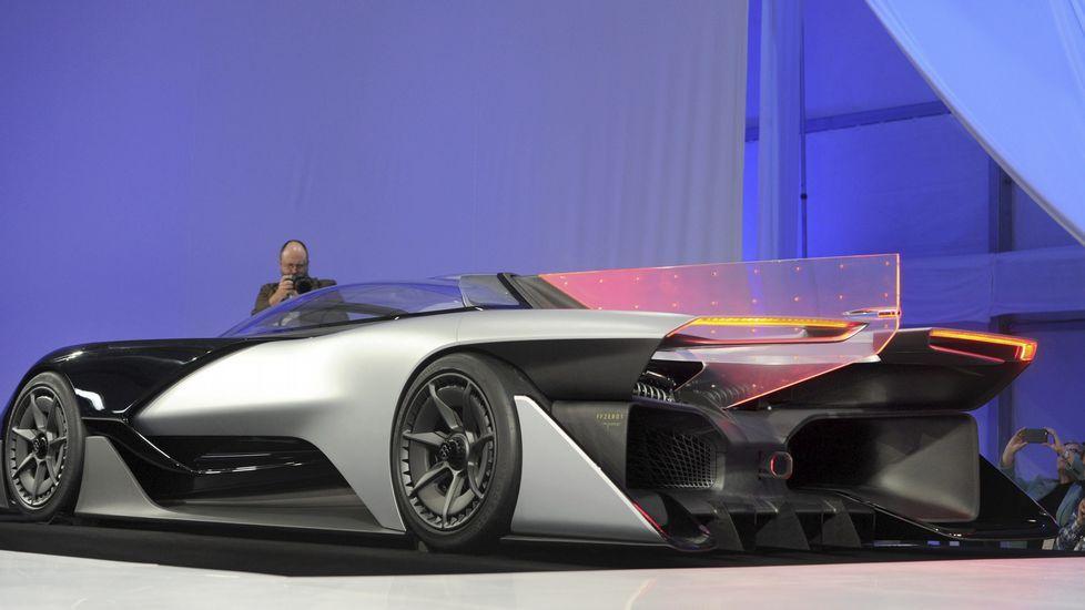 El FFZERO1, un coche extraordinariamente plano y cuyo parecido al Batmóvil es más que evidente, es expuesto en el salón de tecnología CES de Las Vegas.