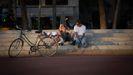 Dos jóvenes en la Barceloneta en el mes de julio