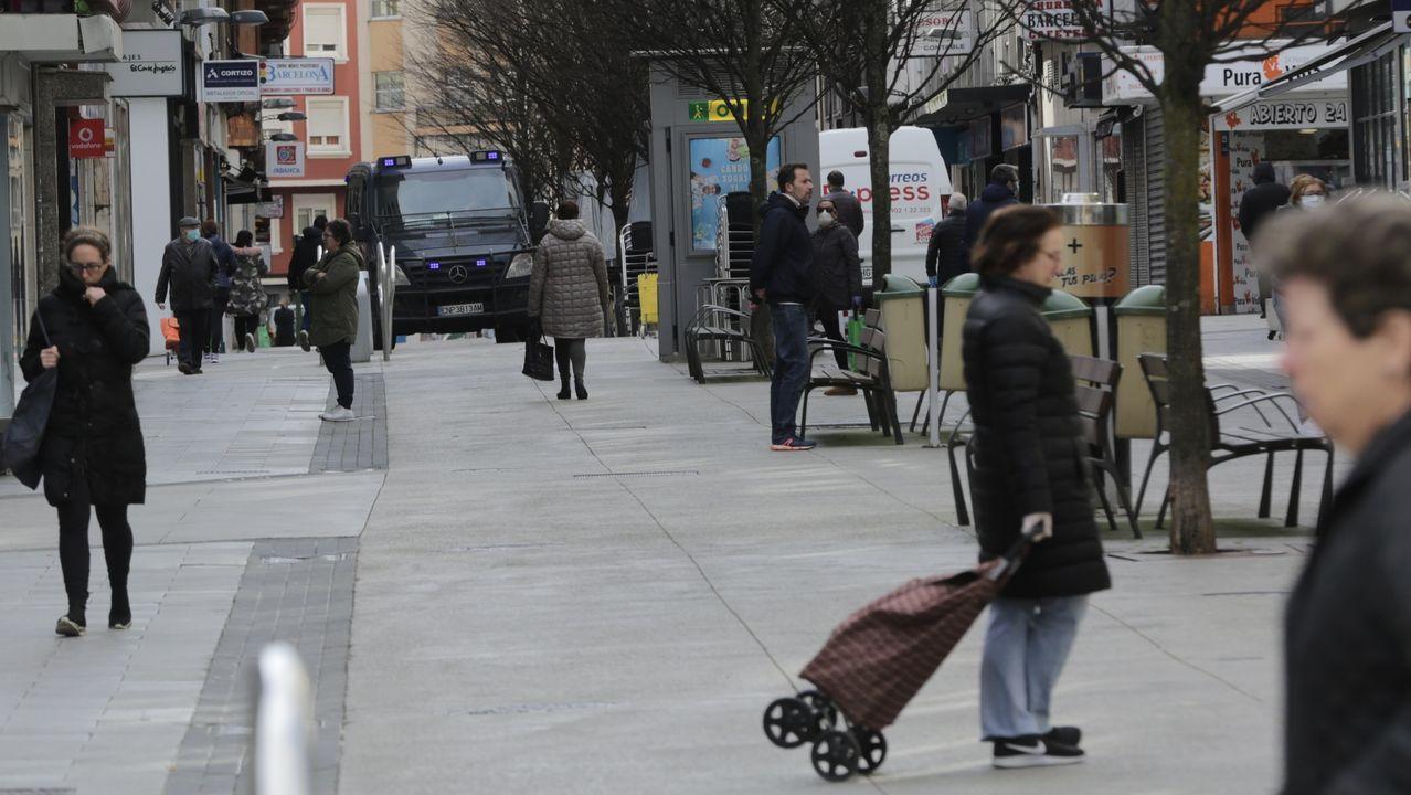 Se descuelga por la fachada del edificio para darle una sorpresa de cumpleaños a un niño de 6 años.Sanitarios atendiendo un posible caso de coronavirus en A Coruña