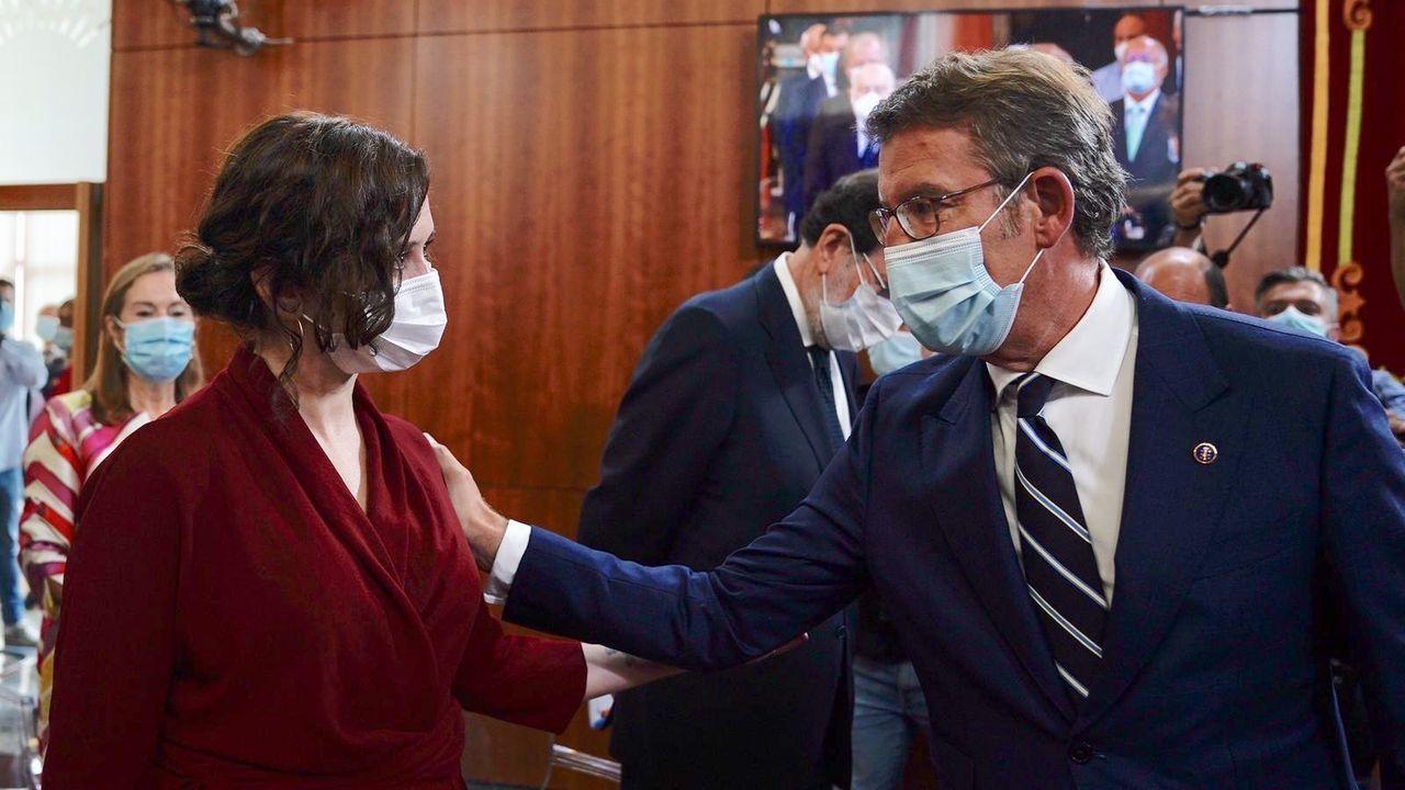 En directo: Sigue el pleno ordinario del Ayuntamiento de A Coruña.Feijoo saludando a Ayuso en la toma de posesión de este, el pasado septiembre, en Santiago