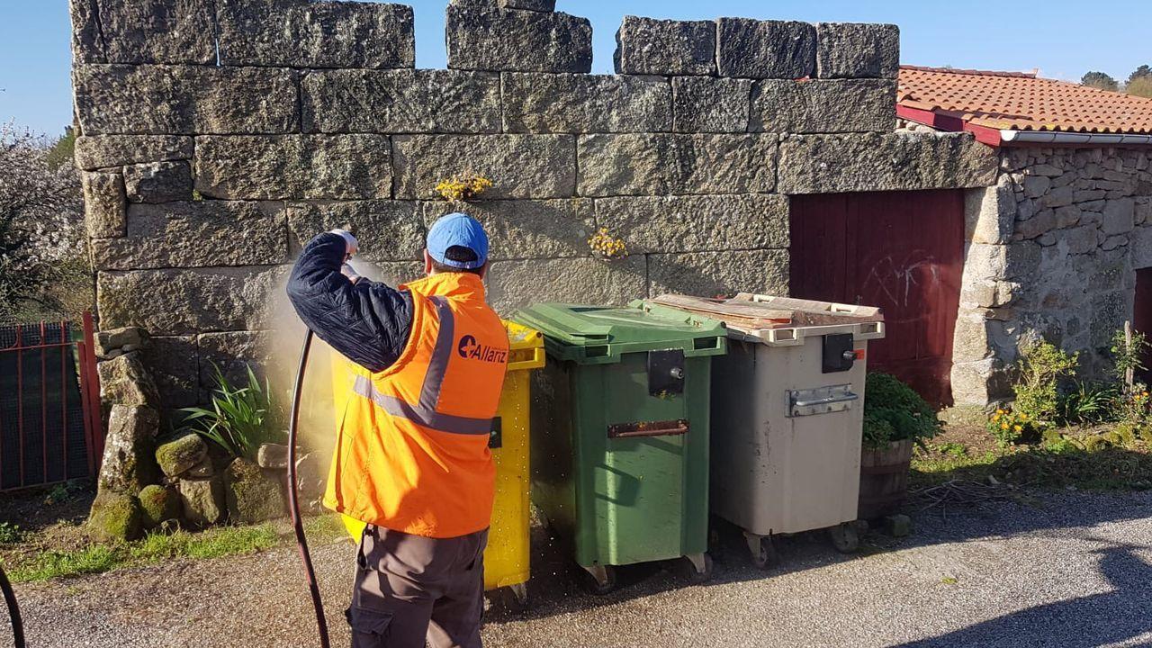 Reparto de mascarillas a los ourensanos en la Alameda.Trabajadores del área de medio ambiente desinfectan los contenedores de todo los pueblos.