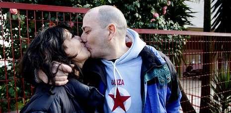 David Reboredo besa a su novia, con la que pronto quiere casarse, en un emocionado reencuentro