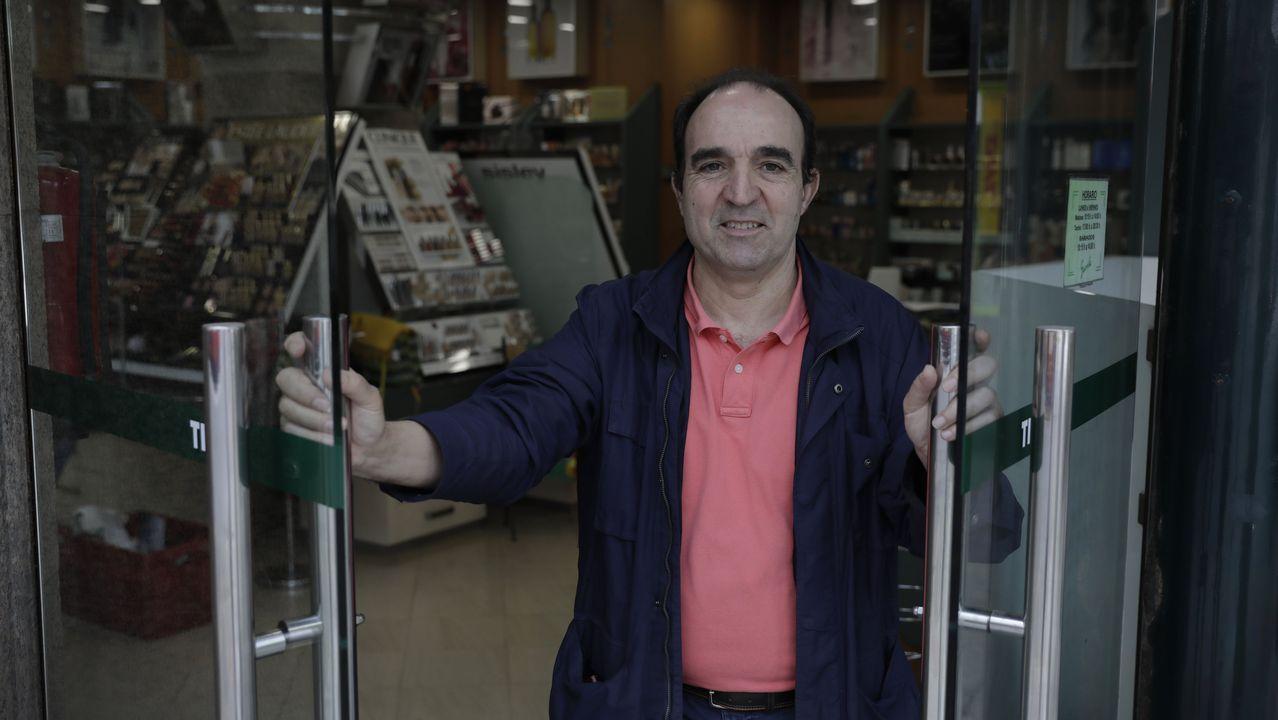 Así fue la reapertura en As Cancelas y El Corte Ingles de Santiago.Antonio Garrote en una de sus tiendas que abrirá sus puertas desde mañana