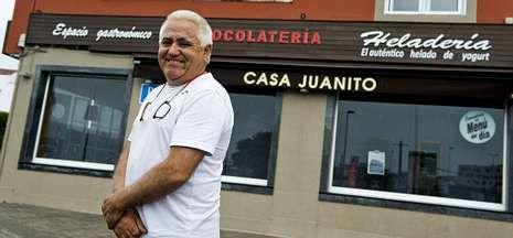 El propietario de Casa Juanito, Juan López, posa ante su establecimiento.