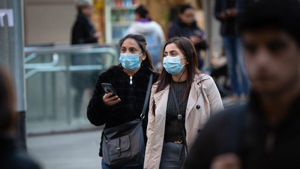 Dos mujeres con mascarilla en una calle de Barcelona