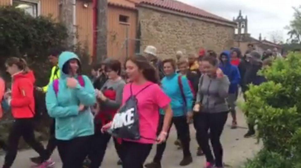 Los caminantes de la nueva andaina «Coñece a Costa da Morte», ante el Concello de Corcubión.El desfile de modelos confeccionados con lino puso el broche de oro a la 22ª. Exaltación da Fía do Liño