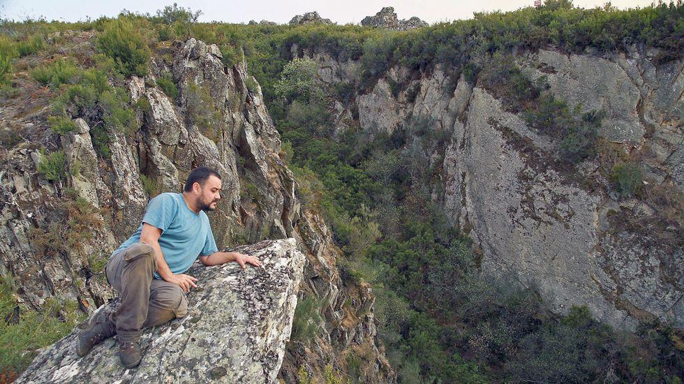 Un socavón de grandes dimensiones indica la situación de la mina de O Covallón, en el municipio de Ribas de Sil
