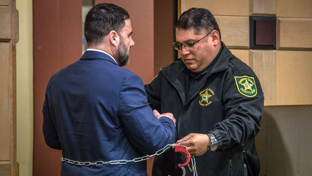 Los ocho mineros asturianos son la élite en rescates en profundidad.Un agente retira las cadenas y esposas a Pablo Ibar durante su cuarto juicio