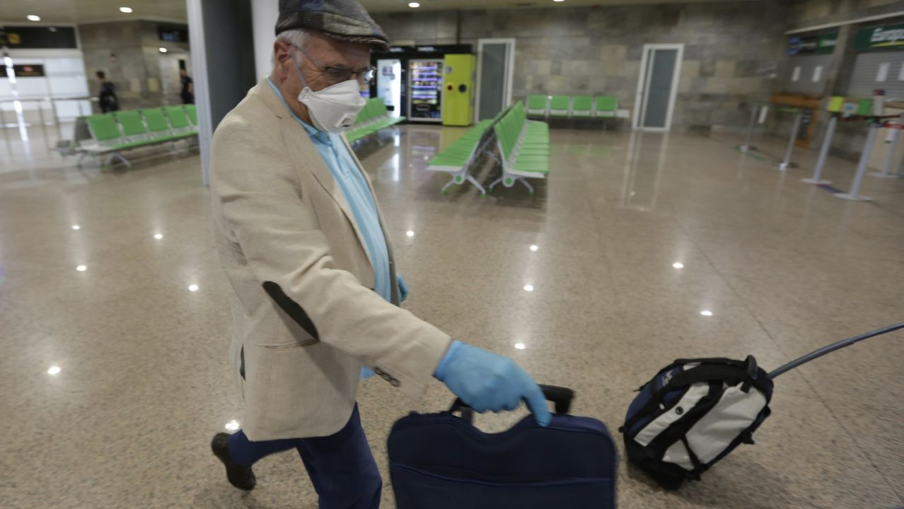 Llegada al aeropuerto de Alvedro de los pasajeros del vuelo procedente de Madrid