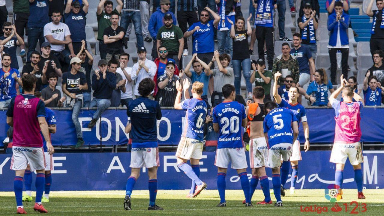 Los jugadores del Oviedo celebran con la afición la victoria ante el Lorca
