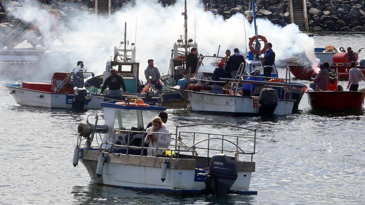 Barcos concentrados en el puerto de Tagrove encendieron bengalas