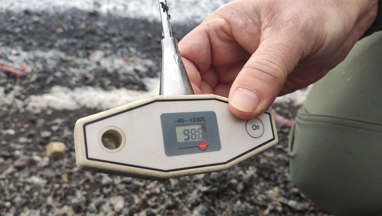 En la isla existen fumarolas que elevan la temperatura del suelo hasta rozar los 100 grados