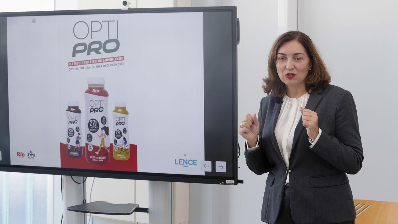 Presentación de la línea «Opti Pro» en el Campus de Lugo.A la derecha, Óscar Santos, responsable del departamento de compras de Meermeat, con Vanesa Marcote, encargada de la tienda Meat Butik, y Pablo Rodríguez, uno de sus empleados.