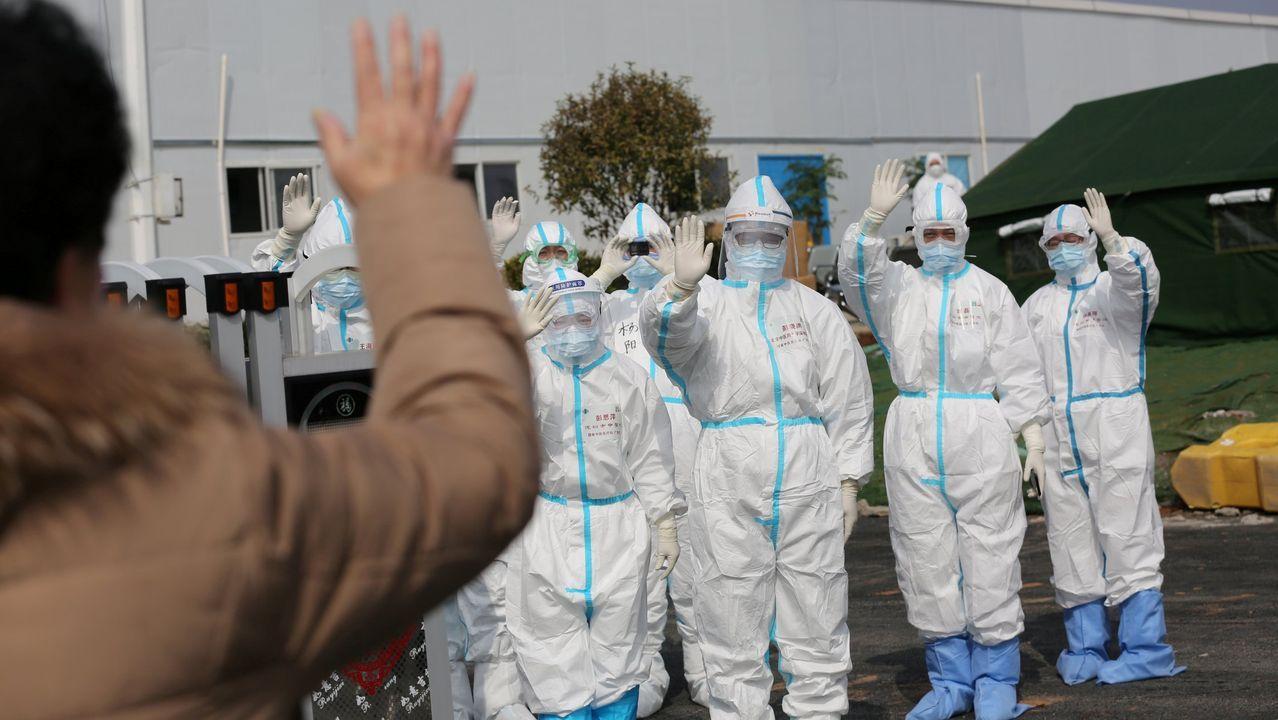 Médicos despiden a un paciente en Wuhan, epicentro de la pandemia